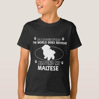 Der Hund rotiert um mein maltesisches T-Shirt
