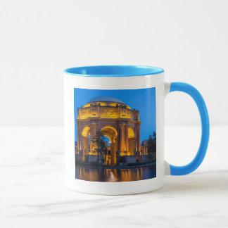 Der Palast von schönen Künsten an der Dämmerung Tasse