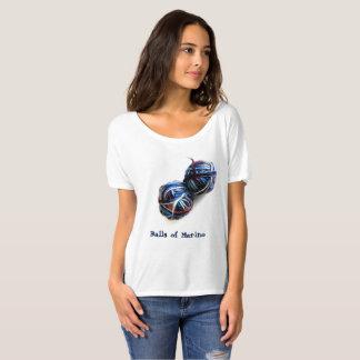 Der T - Shirt des Strickers mit Bällen des Garns