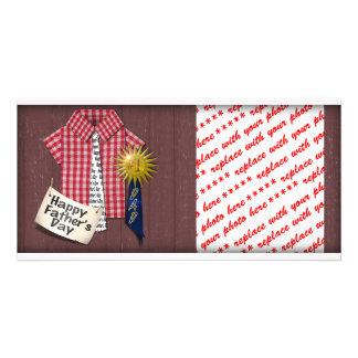 Der Vatertags-rotes Shirt mit Scheunen-Hintergrund Photo Karte