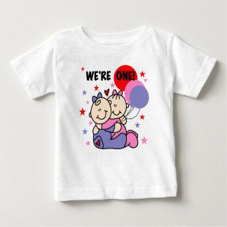 Des jumeaux nous sommes de l'un premier t-shirt pour bébé