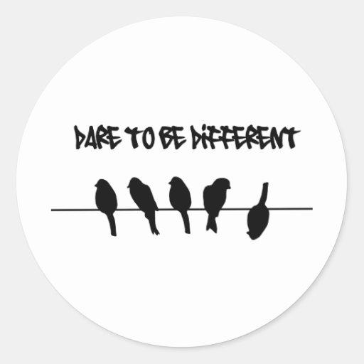 Des oiseaux sur un fil - osez être différent autocollant rond