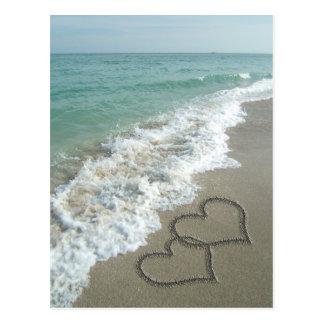 Deux coeurs de sable sur la plage océan cartes postales