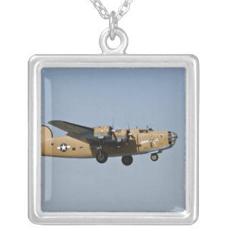 Diamant Lil B-24 Bomber, landend bei Oshkosh, Versilberte Kette