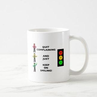 Die beendigte Beschwerde und behalten gerade auf Kaffeetasse