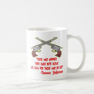 Die, die ihre Gewehre in Pflüge hämmern, pflügen Kaffeetasse