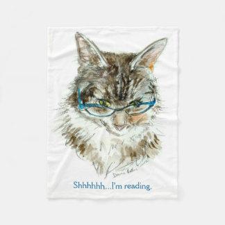 Die Katze, die Fleecedecke liest
