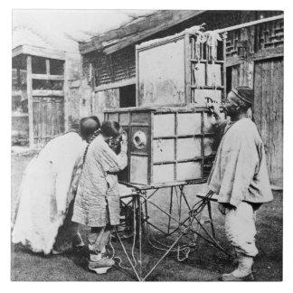 Die magische Laterne, c.1870 (b/w Foto) Keramikfliese