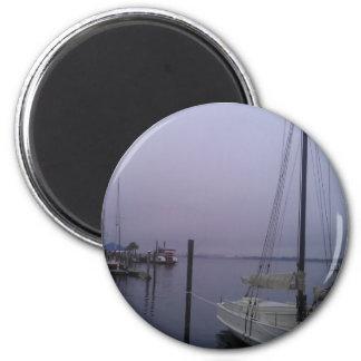Die nebelhafte Bucht Runder Magnet 5,7 Cm