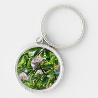 Die Rhododendren sind in der Blüte Silberfarbener Runder Schlüsselanhänger