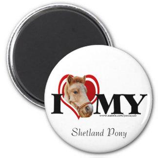 Die Shetlandinseln-Pony im roten Herz-Magneten Runder Magnet 5,1 Cm