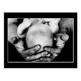 Die sicheren schützenden Hände des Vaters Postkarte