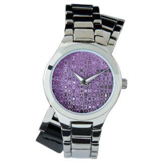 Die silberne Umgriffsuhr der violetten Armbanduhr