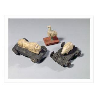 Die Spielwaren der Kinder: ein Igel, ein Löwe und Postkarte