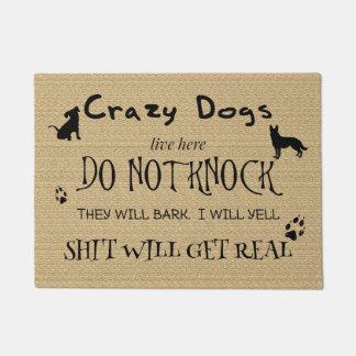 Die verrückten Hunde, die hier Live sind, klopfen Türmatte