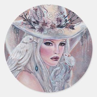 Die weiße Hexe mit Rabenaufkleber durch Renee Runder Aufkleber