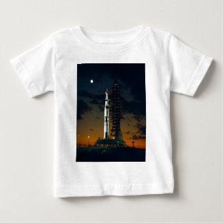 Die Weltraumrakete Saturns V NASA Baby T-shirt