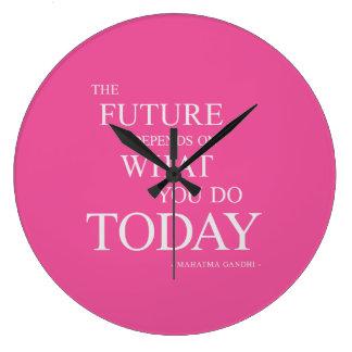 Die Zukunft, die motivierend Zitat-Uhr-Rosa Große Wanduhr