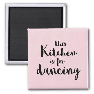 Diese Küche ist für das Tanzen von rosa Quadratischer Magnet
