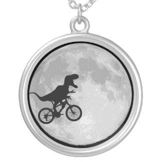 Dinosaurier auf einem Fahrradmond Halskette Mit Rundem Anhänger