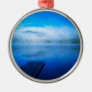 Dock auf ruhigem nebelhaftem See, Kalifornien Silbernes Ornament