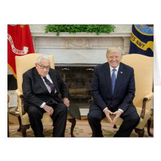 Donald Trump mit Henry Kissinger Karte