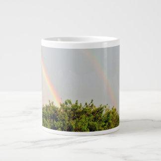 Doppeltes Regenbogen-Foto mit Himmel und Bäumen Jumbo-Tasse