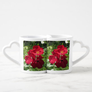 Double tasse simple de roses rouges