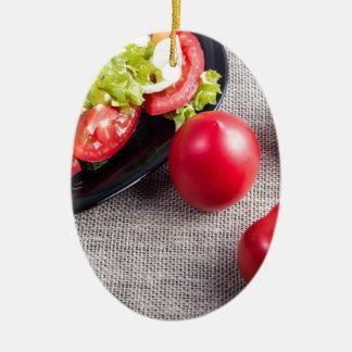 Draufsicht der Nahaufnahme über frische Tomaten Ovales Keramik Ornament