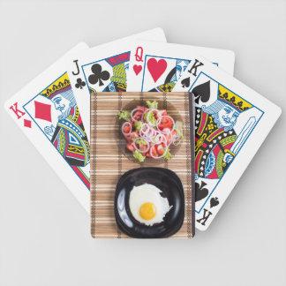 Draufsicht der selbst gemachten Mahlzeiten auf der Pokerkarten