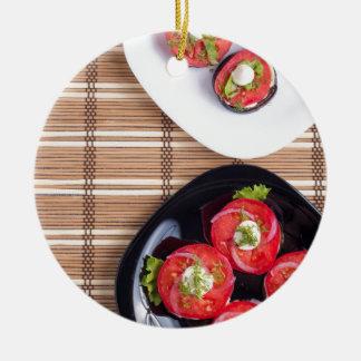 Draufsicht einer Platte der gedämpften Aubergine Rundes Keramik Ornament
