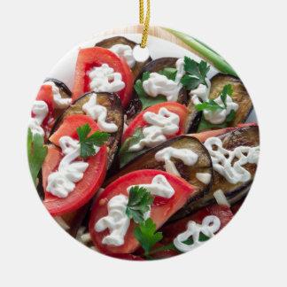 Draufsicht eines Tellers der gedämpften Aubergine Keramik Ornament