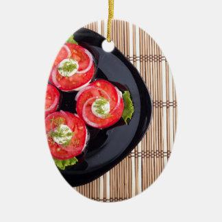 Draufsicht eines Tellers mit frischen Keramik Ornament