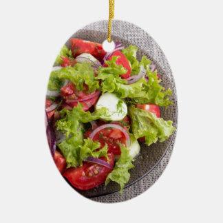 Draufsicht über eine Platte mit frischem Salat des Ovales Keramik Ornament