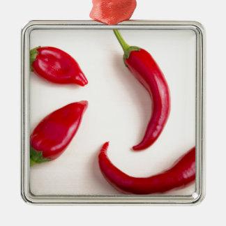 Draufsicht über Paprikaschoten eines heiße rote Quadratisches Silberfarbenes Ornament