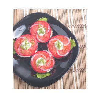 Draufsicht von geschnittene rote Tomatescheiben Notizblock
