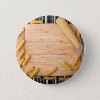 Draufsichtnahrungsmittelhintergrund gemacht von runder button 5,7 cm