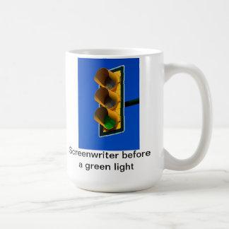 Drehbuchautor vor einem grünen Licht Kaffeetasse
