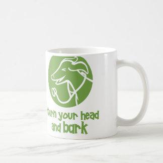 Drehen Sie Ihren Kopf und streifen Sie große Kaffeetasse