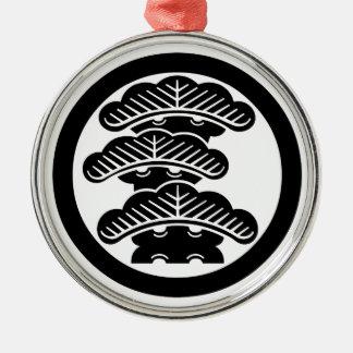 Drei-abgestufte Kiefer L im Kreis Rundes Silberfarbenes Ornament