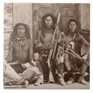 Drei Inder Braves, fotografiert durch königliche Keramikfliese