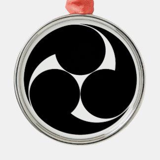 Drei rechtsläufiger Wirbel (Jinuki) Rundes Silberfarbenes Ornament