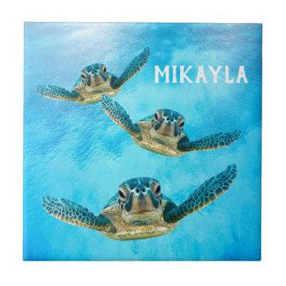 Drei schwimmende Baby-Meeresschildkröten Fliese
