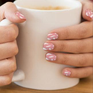 Druck der weißen Feder auf Muschelrosa Minx Nagelkunst