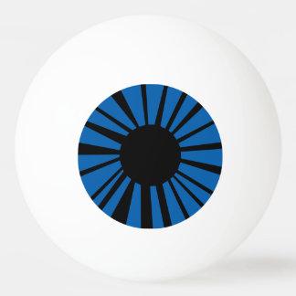 Dunkelblaues Auge mit schwarzem Schüler auf weißem Tischtennis Ball