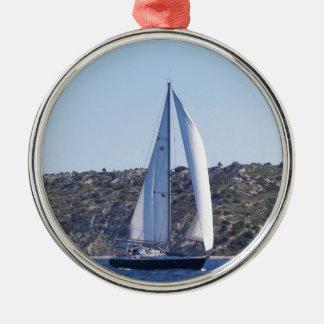 Dunkelblaues Sloop Rundes Silberfarbenes Ornament