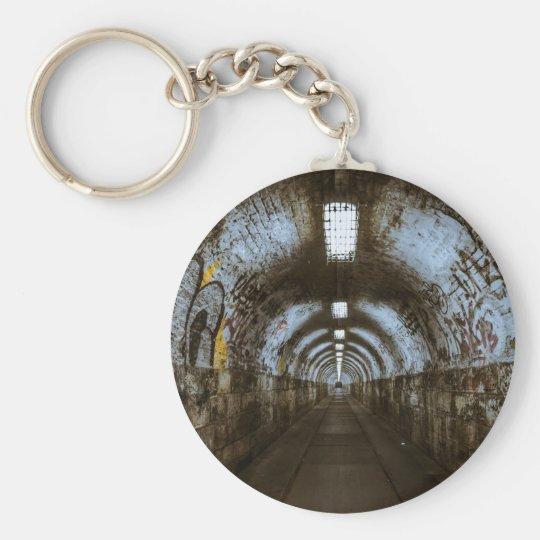 Dunkler Untergrundtunnel Standard Runder Schlüsselanhänger
