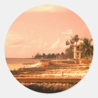 Durch den Ozean (Pfirsich-Ton) Runder Aufkleber