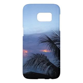 Düsterer blauer Sonnenaufgang mit Palme