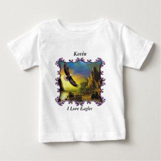 Eagle, das über die Landschaft fliegt Baby T-shirt